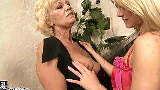 lesbian mature Orhidea - Music to my pussy