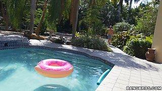 Big bald hunk slamms tiny blonde woman by the pool