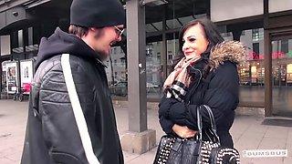 BUMS BUS - Geile exhibitionistische Brunette Humerya Ophelia in einem Bus gebumst