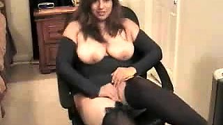 Solo girl with nice naturally curvy body rubbing on her clit