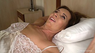 Handsome Alfonso fucks rich mature woman and licks her worn out twat
