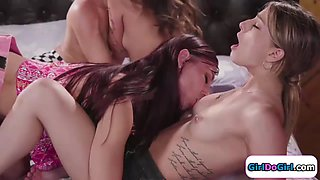 Hottie lose lesbian virginity in 4some with 2 friends and model